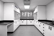 在使用腐蚀性化学品的升级测试实验室中,聚丙烯通风柜和橱柜的安全性和价值